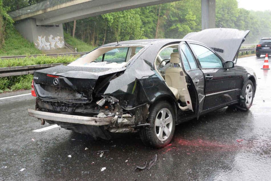 Die Frau krachte mit ihrer Mercedes A-Klasse auf eine Mercedes E-Klasse.