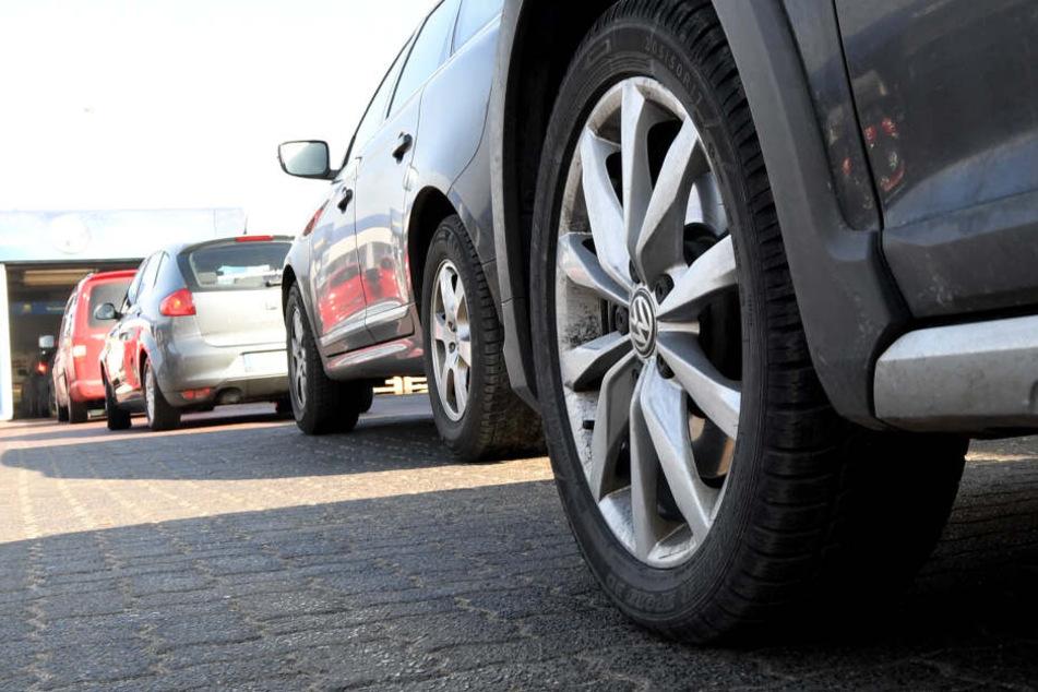 Autos warten auf die Einfahrt in eine Autowaschanlage. Fahrer mit Washtec-App geben mehr Geld fürs Autowaschen aus. (Archivbild)