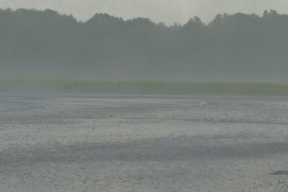 Unwetteraufzug mit extremen Starkregen am Störmthaler See.