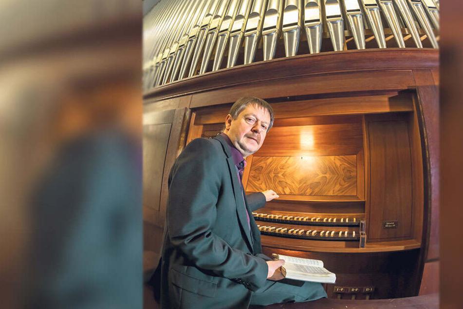 Würdevoll die Register ziehen: Marko Koschwitz (54) an der Jehmlich-Orgel im Krematorium. Er begleitet Beerdigungen aber auch mit dem E-Piano.