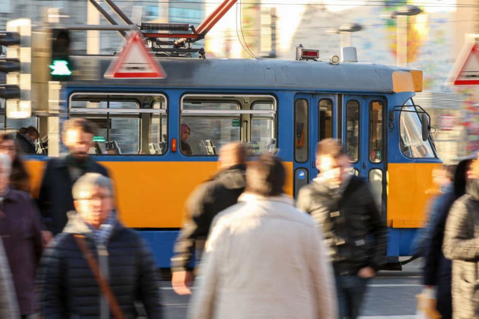 Ein aggressiver Mann trat und bespuckte am Mittwoch in einer Straßenbahn eine Frau. (Symbolbild)