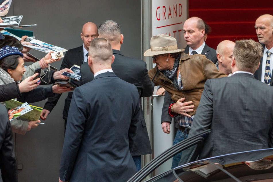 Johnny Depp gab Autogramme.
