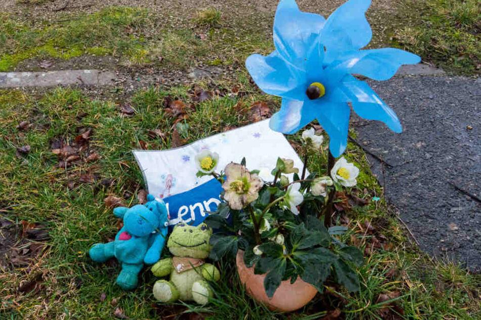Spielzeug, Blumen und Kuscheltiere erinnern an den verstorbenen Jungen.