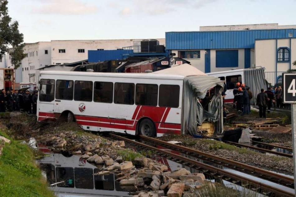 Mindestens fünf Tote bei Zusammenstoß von Bus und Zug