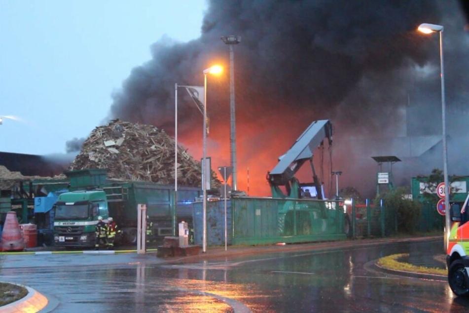 Dunkler Rauch steigt vom Gelände der Recyclingfirma auf.
