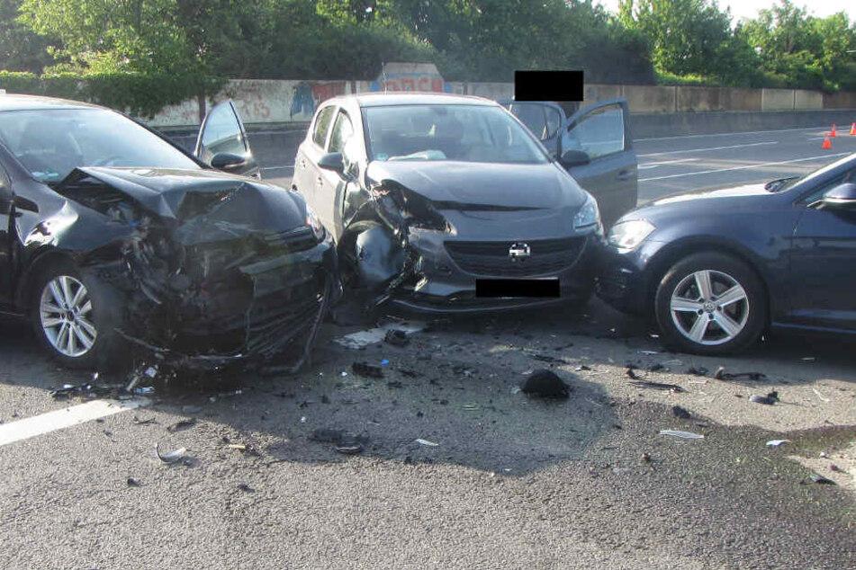 Zwei der drei Autos waren nach dem Crash nicht mehr fahrbereit.