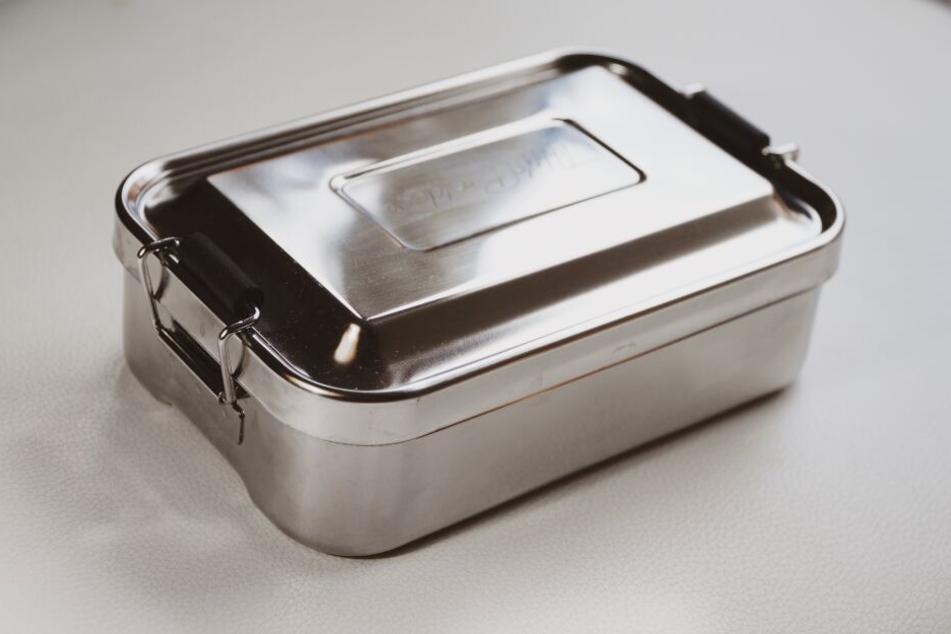 So einfach kann der Plastik-Verzicht sein: Tupperware aus Plastik einfach gegen Metall-Brotdosen eintauschen.