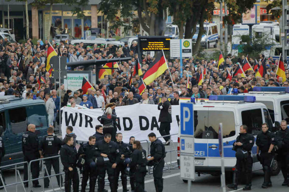 """Demonstranten führten Spruchbänder mit sich, auf denen unter anderem """"Wir sind das Volk"""" stand."""