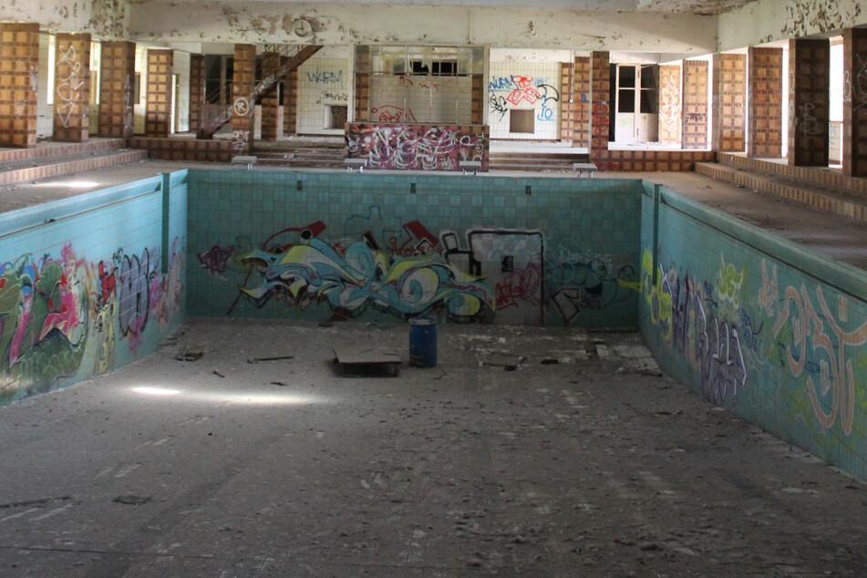 Seit mittlerweile 27 Jahren ist kein Wasser mehr im Schwimmbecken.