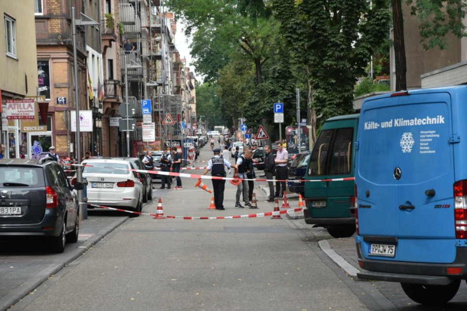 Einsatzkräfte sperren den Bereich in Mannheim ab.