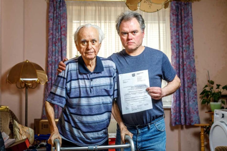 Sohn Ralf (50, mit Ladungsschreiben zum Haftantritt) half seinem schwerkranken Vater Christian Hantke (87) in die Wohnung zu kommen.