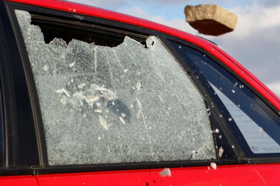 Die Täter schlugen an den Autos Scheiben ein und gelangten so in das Innere. (Symbolbild)