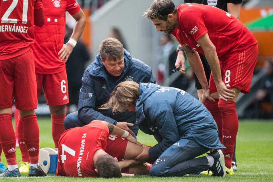 Niklas Süle vom FC Bayern München wird von Hans-Wilhelm Müller-Wohlfahrt behandelt.
