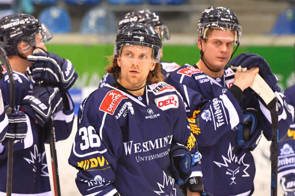 René Kramer (Mitte) bekam einen Schuss in den Unterleib und humpelte vom Eis.