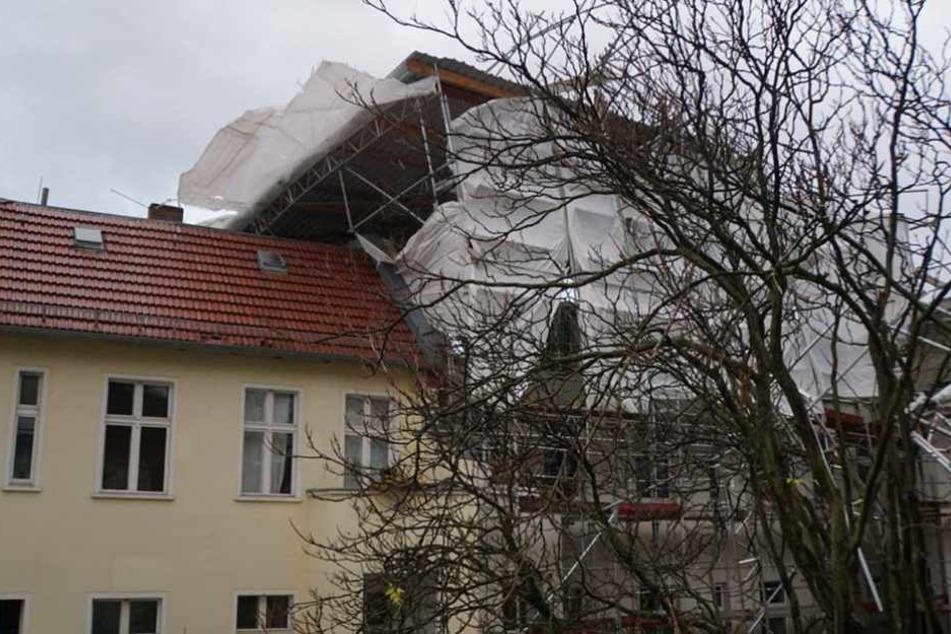In Friedrichshain stürzte diese Gerüst auf das Dach eines Hauses.