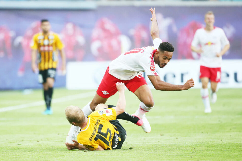 Stürmer Matheus Cunha entkommt dem am Boden liegenden Kari Arkivuo. RB Leipzig möchte auch im Rückspiel nichts anbrennen lassen.