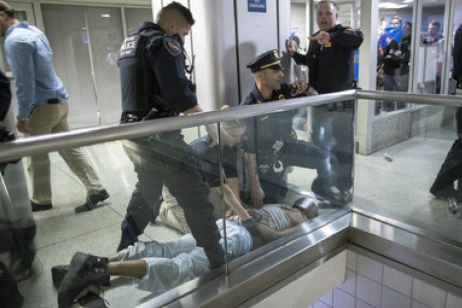New Yorker Polizeibeamte überwältigten einen randalierenden Passagier in der Penn Station. Passanten glaubten an einen Schusswechsel und gerieten in Panik.