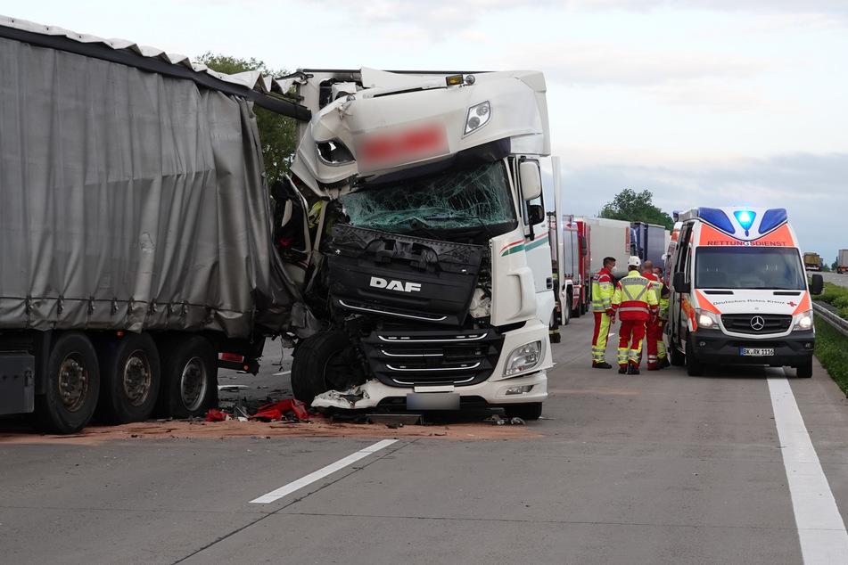 Das Führerhaus eines am Unfall auf der A2 beteiligten Lastwagens ist völlig zerstört.