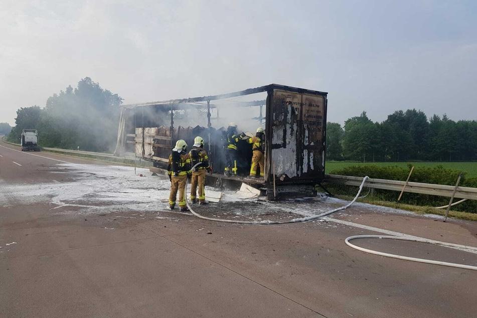 Kameraden der Feuerwehr versuchen letzte Glutnester zu löschen.