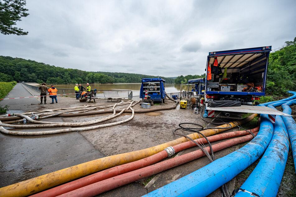 Das Technische Hilfswerk (THW) und die Feuerwehr pumpen Wasser in der Steinbachtalsperre ab. Der Damm der Talsperre drohte einstürzen.