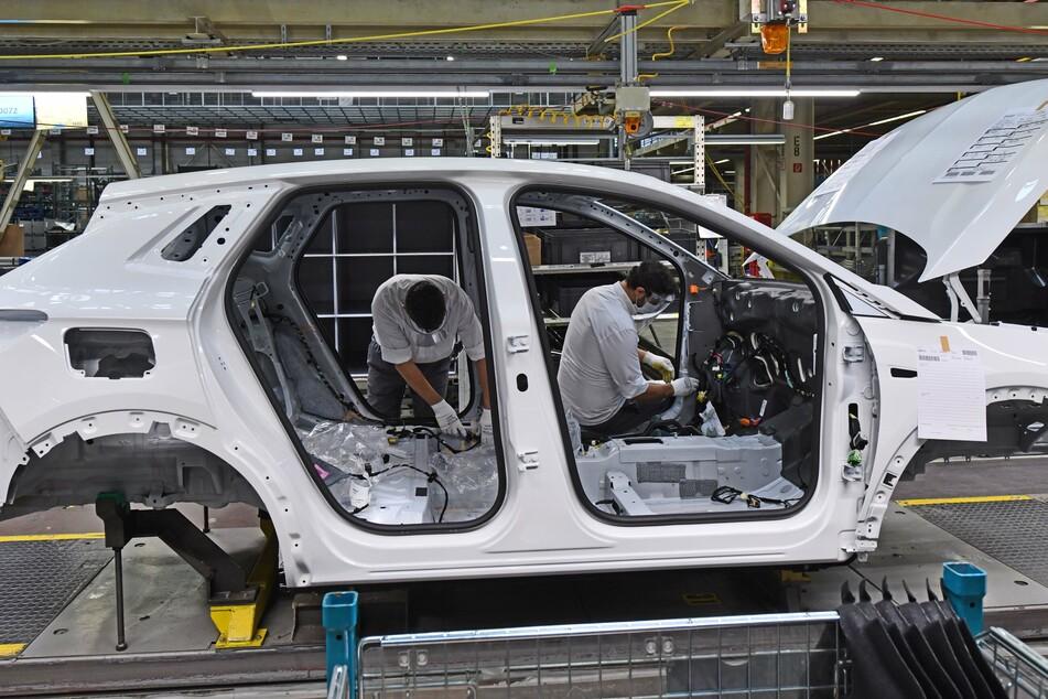 Thüringen, Eisenach: Mitarbeiter fertigen den Opel Grandland X im Opel-Werk.