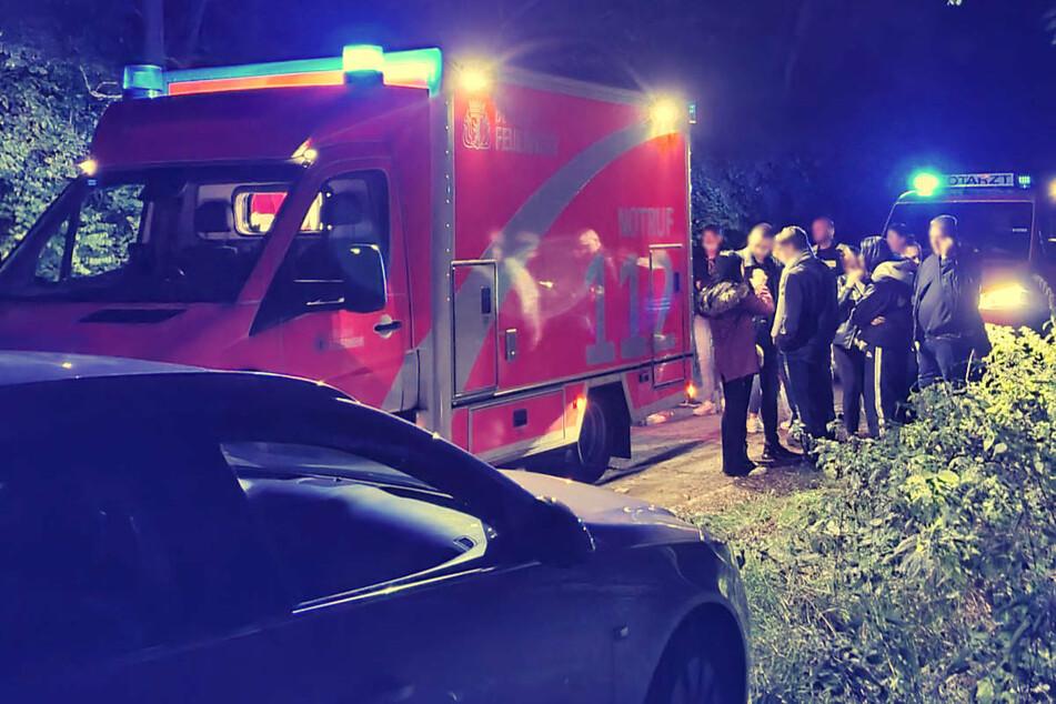 Eine Gruppe von Jugendlichen und jungen Erwachsenen hatte sich am Wuhlewanderweg zum Feiern eingefunden und ist von einem Mann mit einem Messer attackiert worden.
