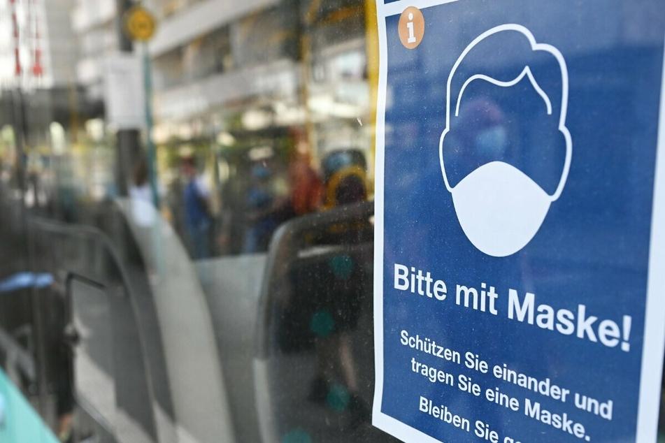 """Corona-Krise in Hessen: Ein Plakat mit der Aufschrift """"Bitte mit Maske!"""" ist in Frankfurt in einem Bus angebracht."""
