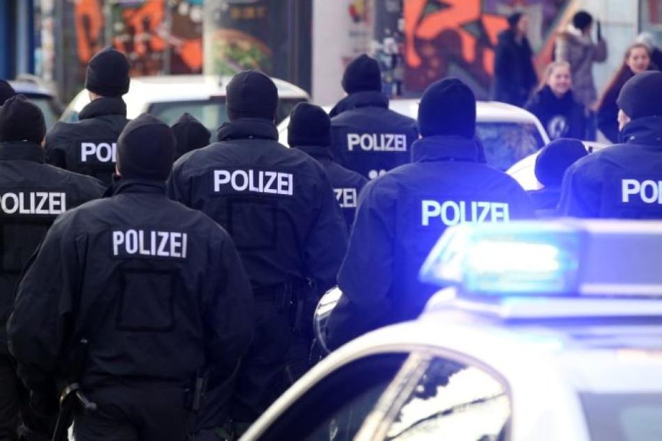 Mehr als 100 Polizisten waren in der Nacht zu Sonntag in Düsseldorf im Einsatz. (Symbolbild)