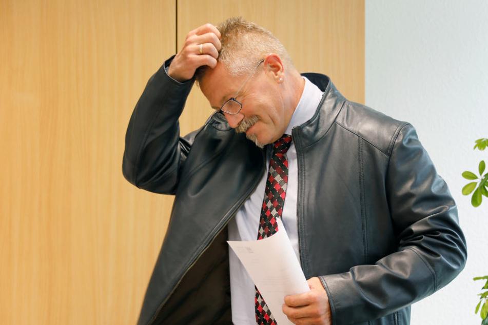 Viel Geld für Gaga: Bürgermeister Miko Runkel (56) bezahlte 1370 Euro für die nutzlosen Anti-Terror-Container.