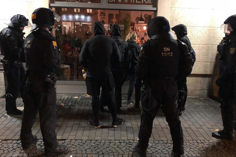 Die Polizei löst eine kleine Blockade von Gegendemonstranten in der Theaterstraße auf.