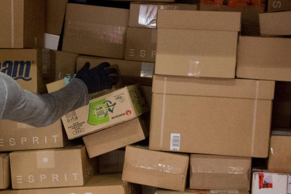 Pakete werden in einen LKW geladen.