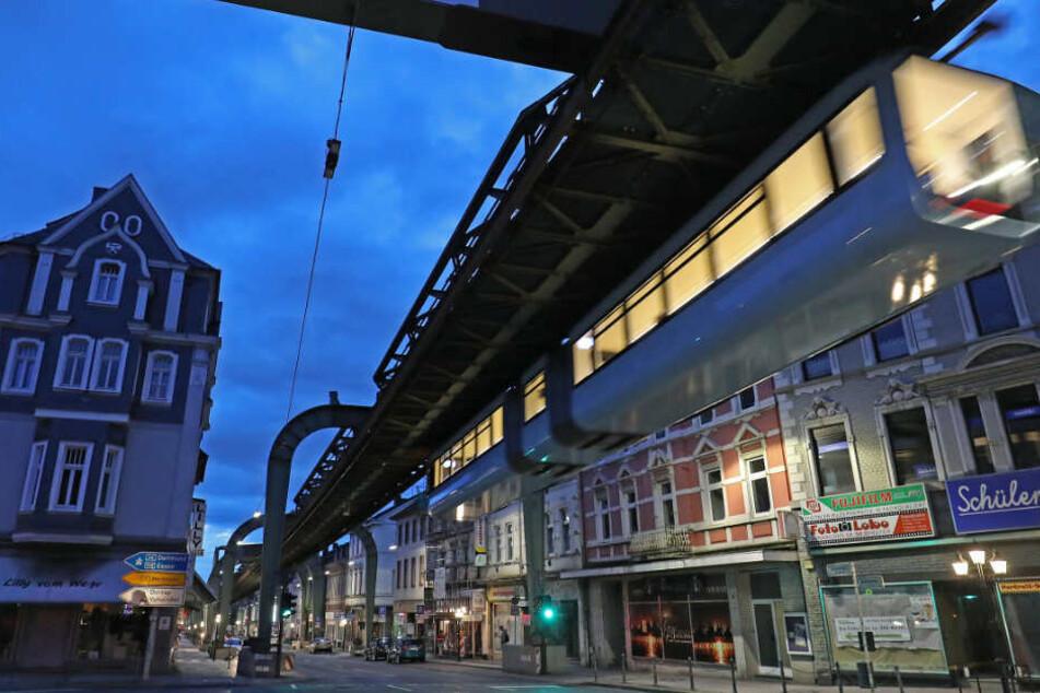 Nach monatelangem Stillstand: Wuppertaler Schwebebahn fährt endlich wieder