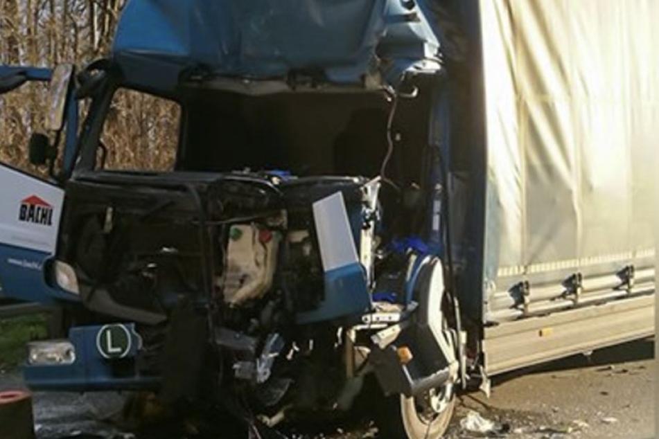 Einer der Lastwagen war stark beschädigt.