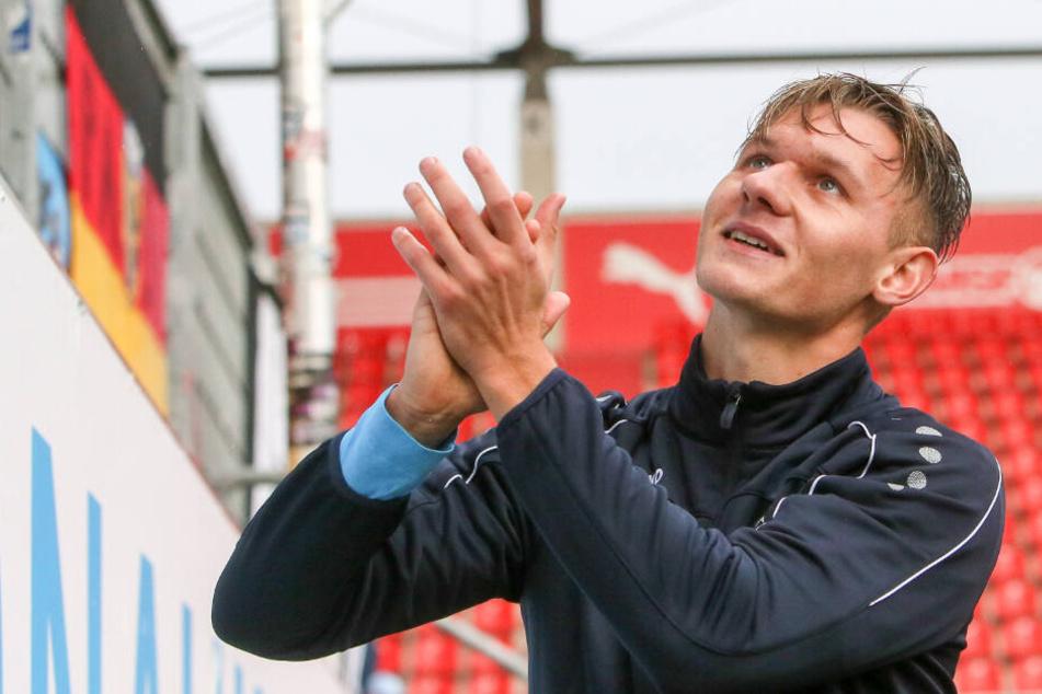 Erik Tallig lässt sich in Ingolstadt von den Fans feiern.