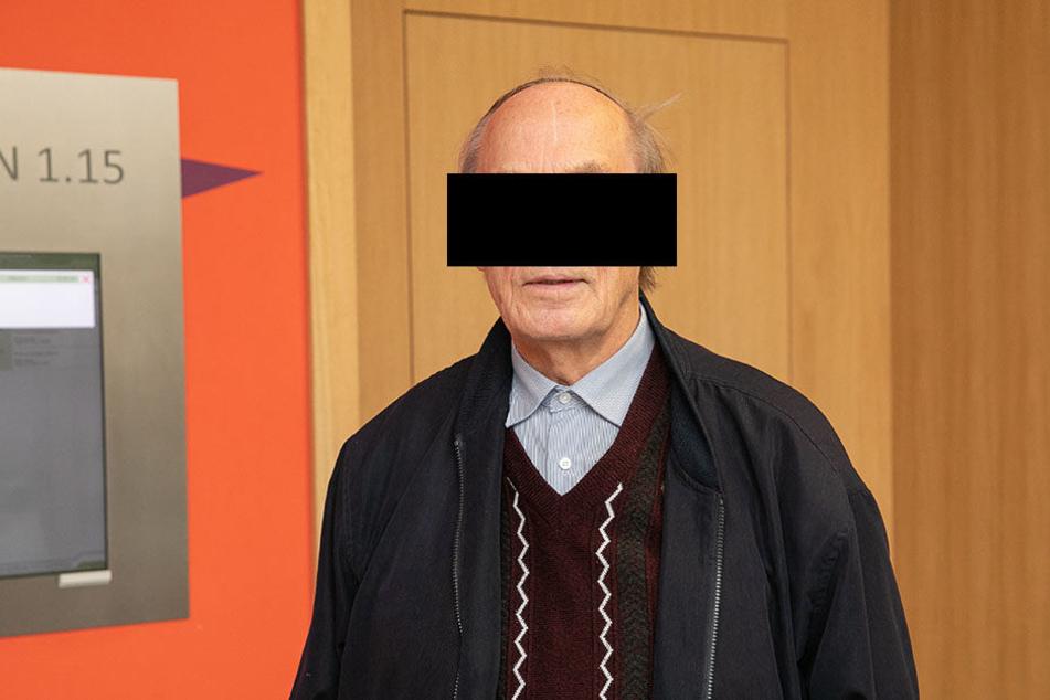 Rentner Gerd S. (80) filmte aus dem Auto heraus mit einer Dashcam. Das Speichern der Daten ist aber verboten.