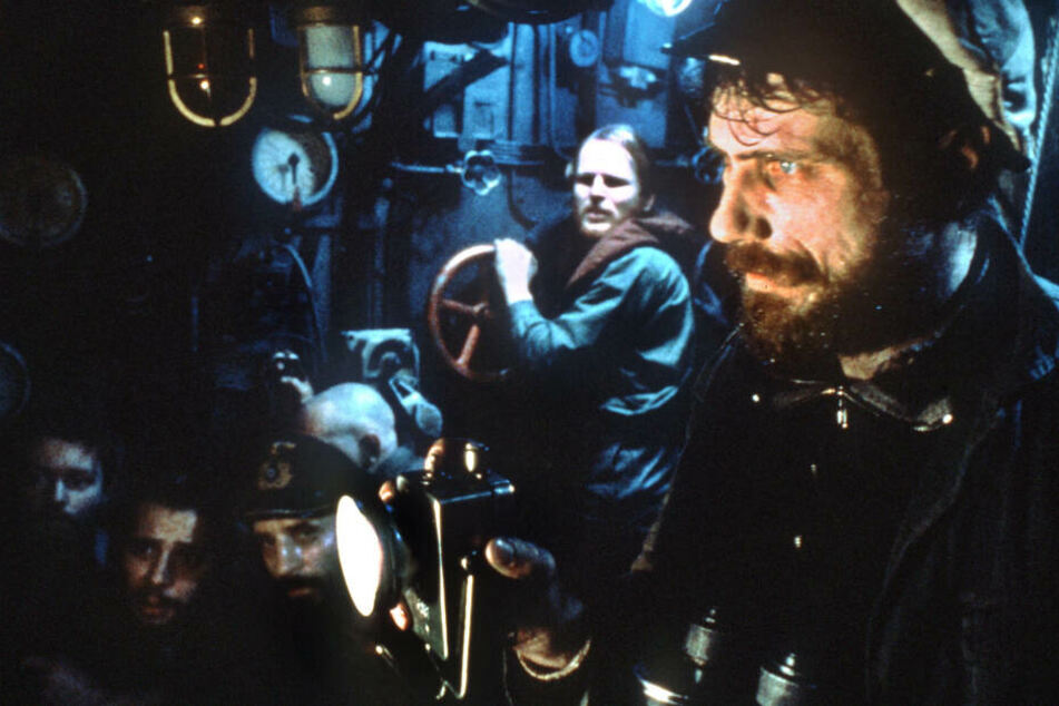 """Schauspieler Jürgen Prochnow (r.) in seiner """"Paraderolle"""" mit Herbert Grönemeyer (2.v.r.) in einer Szene des Films """"Das Boot"""" (Archivfoto von 1979)."""