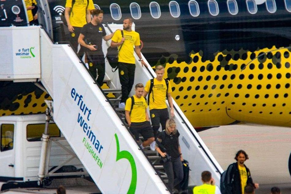 Die BVB-Spieler werden nach der Landung per Bus zum Steigerwaldstadion gebracht.