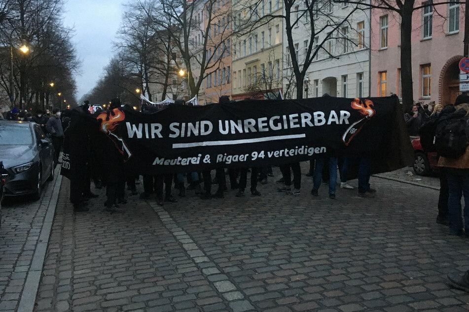 """""""Wir sind unregierbar. Meuterei & Rigaer 94 verteidigen"""" steht auf einem von Demonstranten gehaltenen Transparent."""