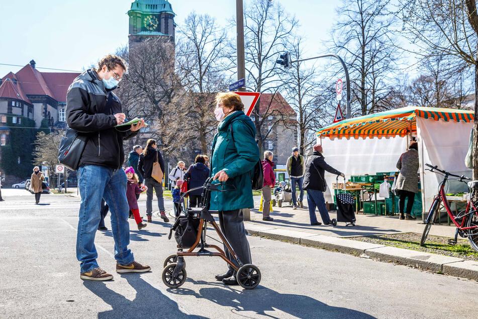 Mit Mundschutz stellte sich eine Marktbesucherin den Fragen von TAG24-Reporter Hermann Tydecks.