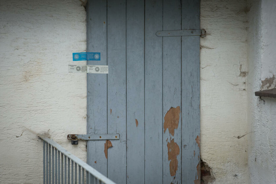 Polizeisiegel kleben am 19. September auf der Tür des Hauses in Höxter-Bosseborn.