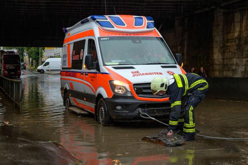 Land unter in Weimar: Rettungswagen säuft ab, Garagen laufen voll