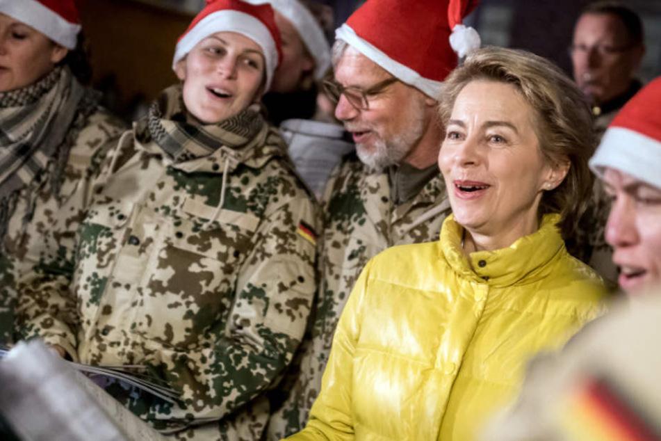 Auch in Afghanistan sang Verteidigungsministerin Ursula von der Leyen mit Soldatinnen und Soldaten der Bundeswehr die traditionellen Weihnachtslieder aus Thüringen.