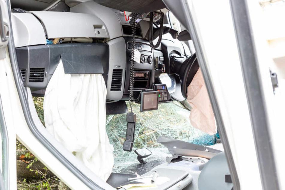 Die Frontscheibe des Fahrzeugs war nach dem Unfall völlig demoliert.