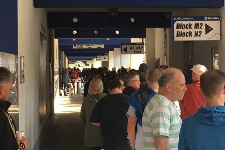 Fünf Stunden vor Start standen die ersten Fans an, um beliebte Tickets für St. Pauli zu bekommen.