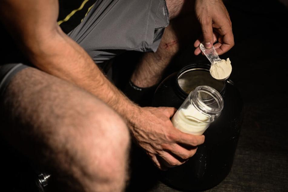 Nachgeholfen: Ein Mann mischt sich nach dem Training Proteinpulver in seinen Shaker.