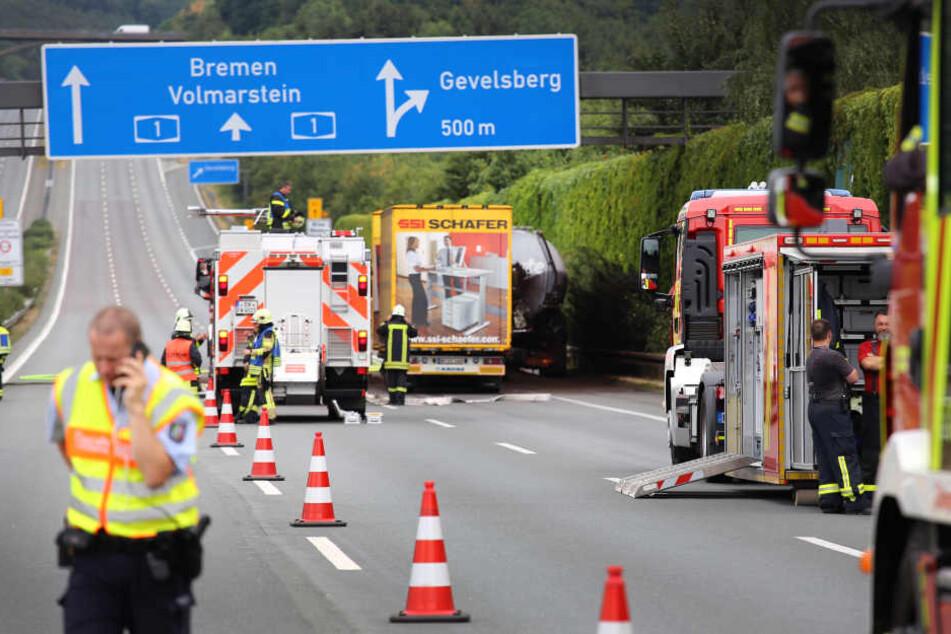 Infolge des Unfalls wurde die Autobahn in beide Richtungen komplett gesperrt.