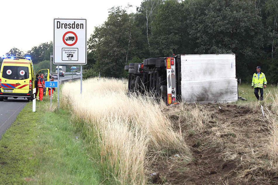 Bei Dresden kippte der Lastzug um und blieb liegen.