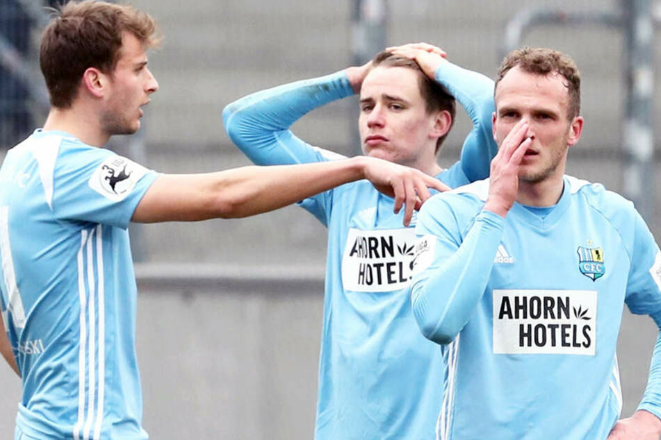 Hansch (Mitte) und seine Mitspieler können das Aus sicher noch nicht begreifen.