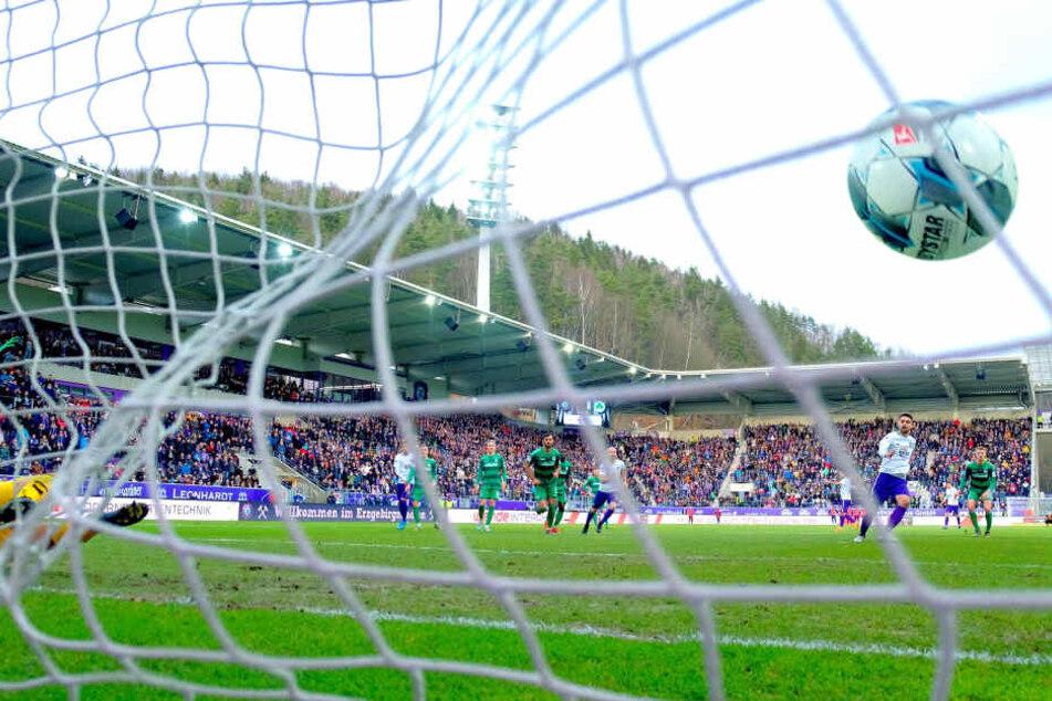 """Aue-Stürmer Dimitrij Nazarov verwandelte vier Elfmeter - hier zum zwischenzeitlichen 2:0 gegen Fürth zum Rückrundenauftakt. In Kiel verschoss """"Dima"""" allerdings auch einen."""