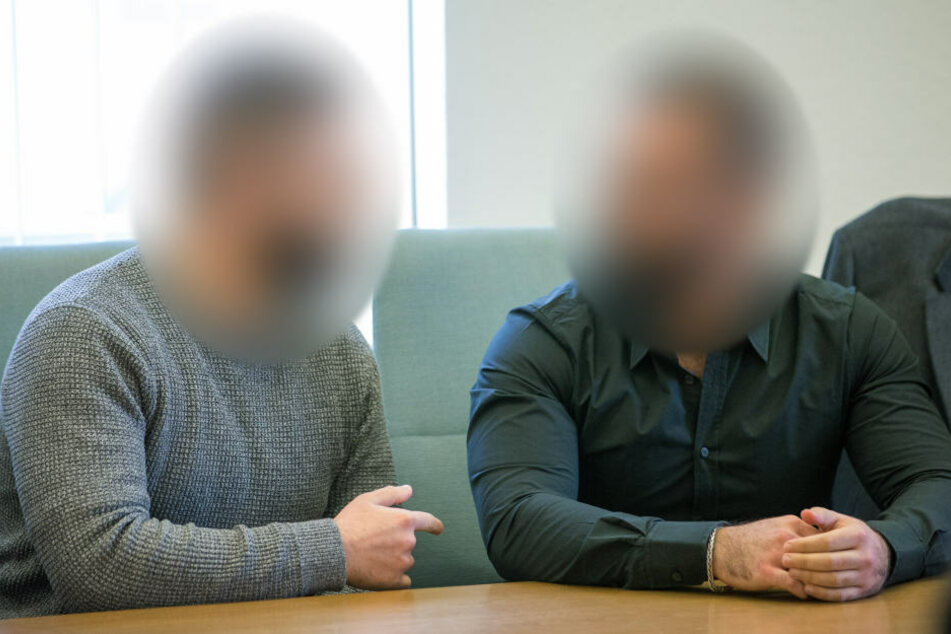 Die Angeklagten im Prozess nach dem Tod eines Streitschlichters sitzen im Sitzungssaal nebeneinander.